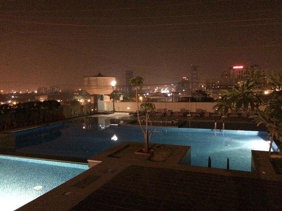 Four Points by Sheraton Navi Mumbai, Vashi : The pool at night