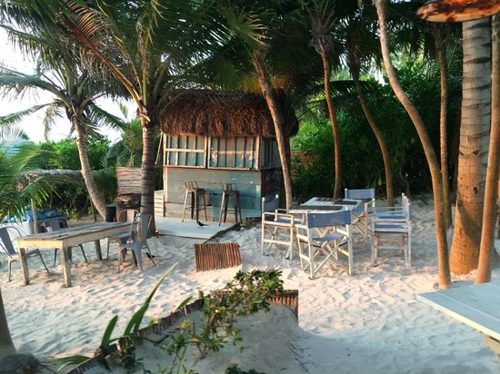 Be Tulum Hotel : Outdoor eating space on the beach