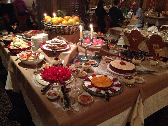 Hotel Le Sherpa: Dessert table