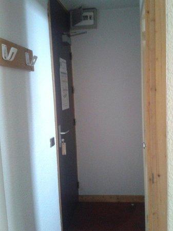 Hotel du Bourg: Vue de la chambre depuis l entree...loin d etre chaleureux.