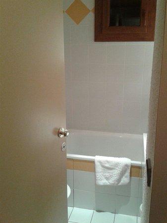 Hotel du Bourg: Vue de l entree dans la salle de bain. On ne peut ouvrir la porte plus grand..les wc sont derrie