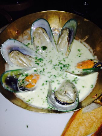 The Cliff Bar and Grill: The most delicious muscles I've ever tasted!