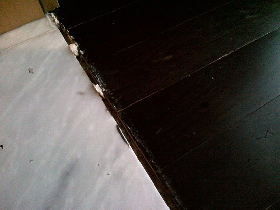Aldeia dos Capuchos Golf & Spa: Estado do chão de acesso à quarto de dormir