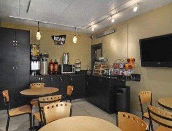 Travelodge College Park: Breakfast Area