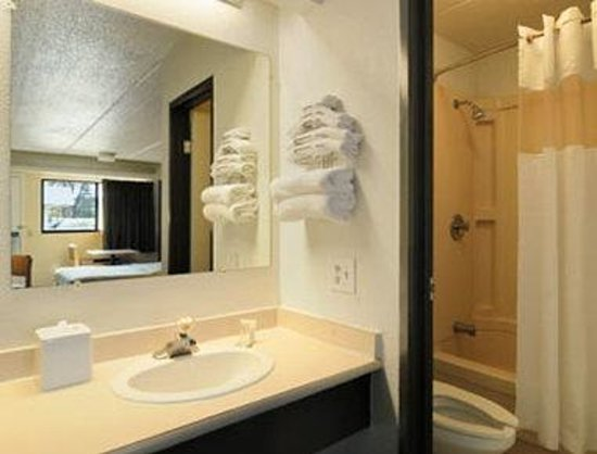 Travelodge College Park: Bathroom