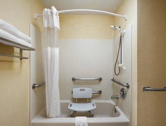 Travelodge Covington : ADA Bathroom