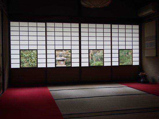 Unryuin: しきしの景色は、椿、灯籠、楓、松。