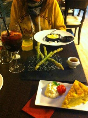 Tortilla, asperges en tempura et Tapa Negra