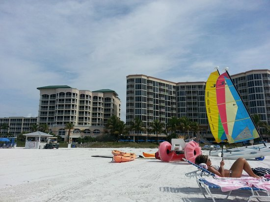 Pink Shell Beach Resort & Marina : View of Hotel from beach