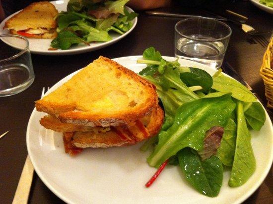 Comme A Lisbonne : Délicieuse tartine cocorococo : poulet mariné au gingembre, œufs, tomates, fromage...