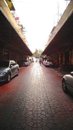 Arun Residence: petite rue de l'hôtel