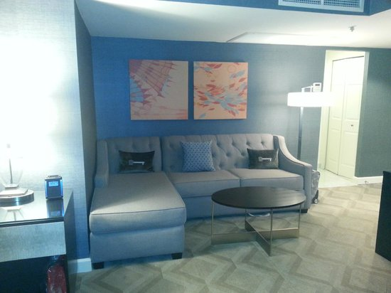 Melrose Georgetown Hotel: Melrose hotel: seating area in room