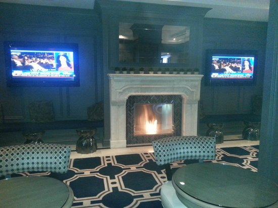 Melrose Georgetown Hotel: Melrose hotel: fireplace in lobby