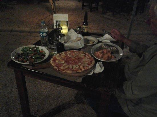 Il Rustico : fresh salad, apple/gorgonzola pizza, rosemary chicken