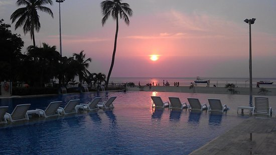 Hotel Tamaca Beach Resort: great pool and sunsets