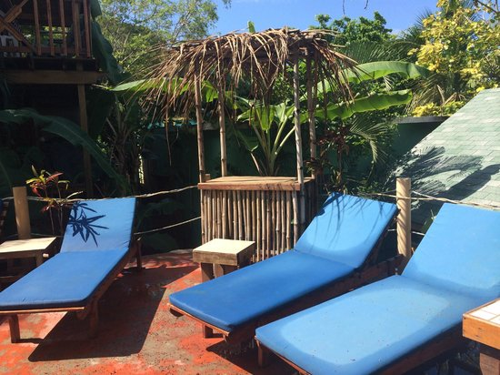West Bay Lodge and Spa : Lounge chairs at the pool