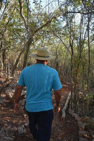 Mirador de Muna: Hiking through the forest