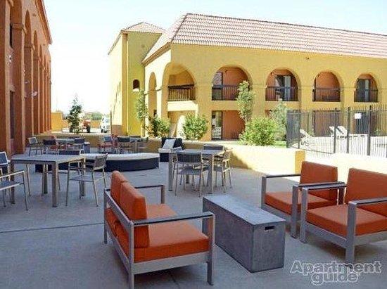 University Village Hotel: Pool View