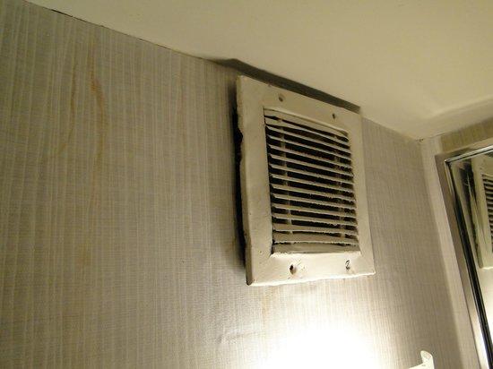 Sheraton Buenos Aires Hotel & Convention Center: Grelha enferrajuda do exaustor. A grelha está soltando pois apenas um parafuso a segurava à pare
