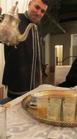 Dar Lalla F'dila : Aziz pouring tea
