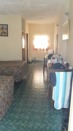 Holiday Beach Club Hotel: Tagit från ingången till vårt rum