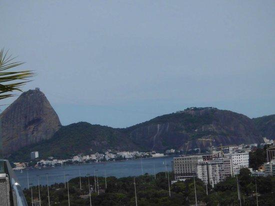 Windsor Astúrias Hotel: Vista do terraço para o Pão de Açucar e Aterro do Flamengo