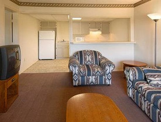 Howard Johnson Tulsa East/Airport: Suite