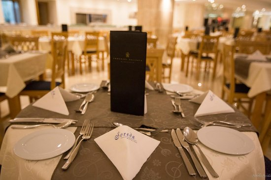 Soreda Hotel: Tables set up for dinner