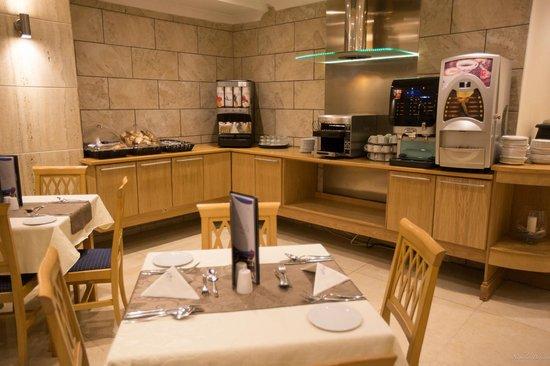 Soreda Hotel: Dining area coffee machine and juice
