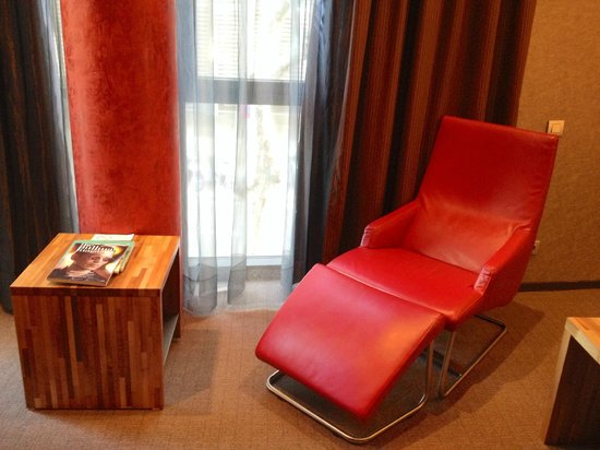 Pullman Barcelona Skipper: Reading corner on the room (1st floor)