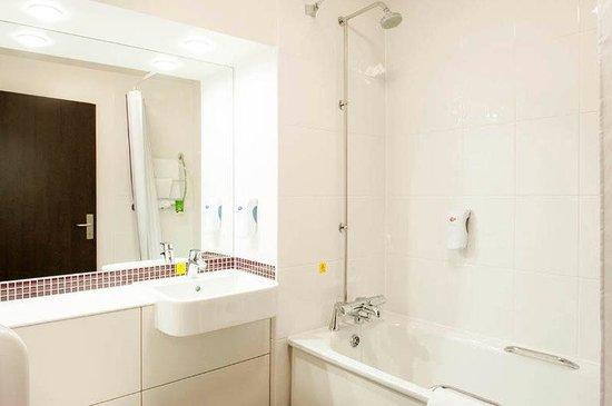 Premier Inn Trowbridge Hotel: Bathroom