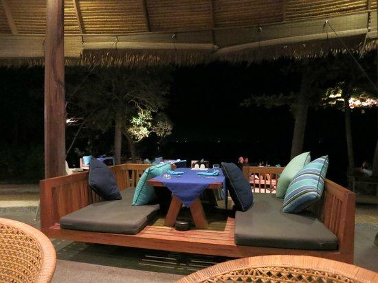Haadtien Beach Resort : tables en bordure de plage