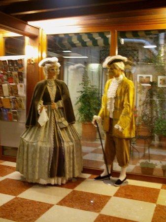 Hotel La Fenice Et Des Artistes: Reception - Carnevale