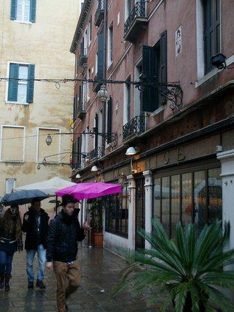 Hotel La Fenice Et Des Artistes: Piazzetta albergo