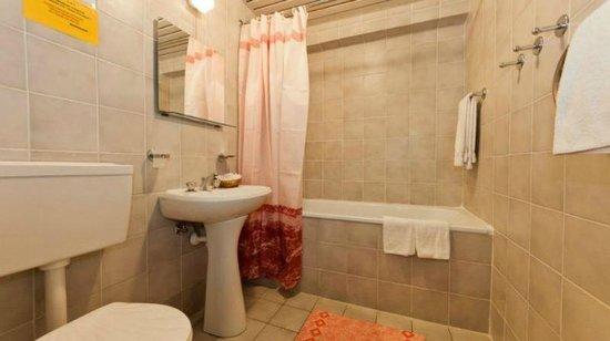 Lastochka Hotel: Bathroom