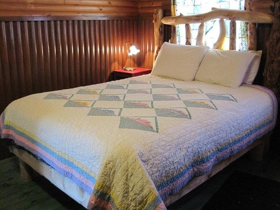 Mountain Lakes Lodge: The Garden Patch Log Bed