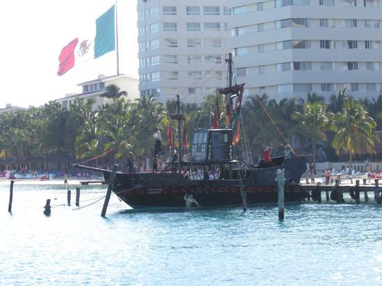 The Royal Cancun All Suites Resort: pirate ship