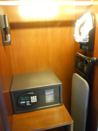 Four Points by Sheraton Sandakan: The cupboard had a safe and iron