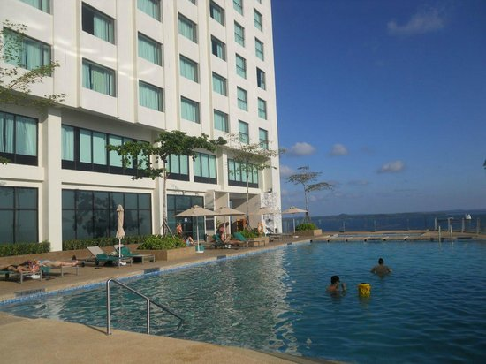 Four Points by Sheraton Sandakan: The inifinity pool on the 13th floor
