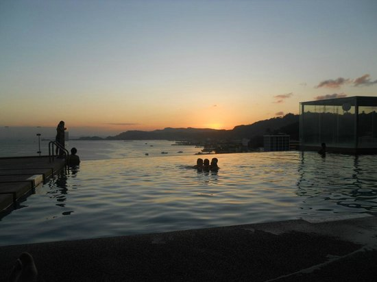 Four Points by Sheraton Sandakan : The infinity pool at sunset