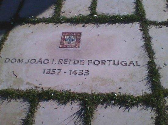 Batalha, البرتغال: Lajes que indicam quem esteve presente na batalha
