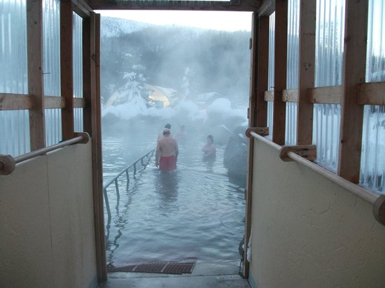Chena Hot Springs Resort: Entrance via covered walkway to outdoor hot springs