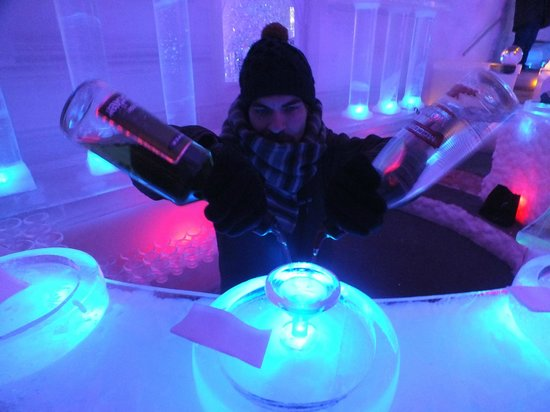 Chena Hot Springs Resort: Our host mixing an appletini at the ice bar in the Ice Museum