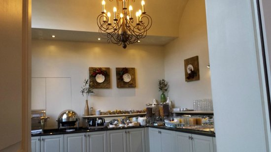 Hotel Jan Brito: Zicht op het prima ontbijtbuffet vanuit de eetzaal