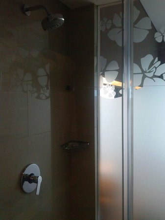 Grand Ixora Kuta Resort : Bathroom shower area