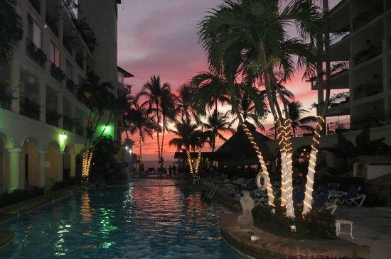 Hotel Casa Doña Susana: Los Arcos Pool at Sunset