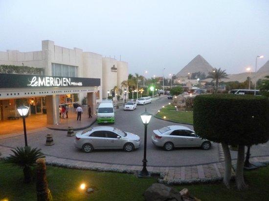Le Meridien Pyramids Hotel & Spa : Vista desde habitacion ala lateral frente