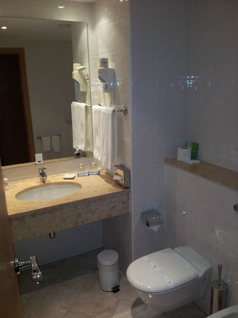Tryp Lisboa Oriente: Bathroom