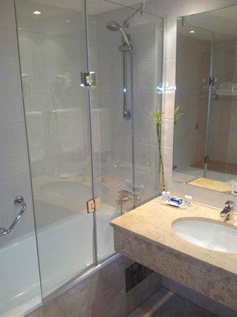 TRYP Lisboa Oriente Hotel : Shower