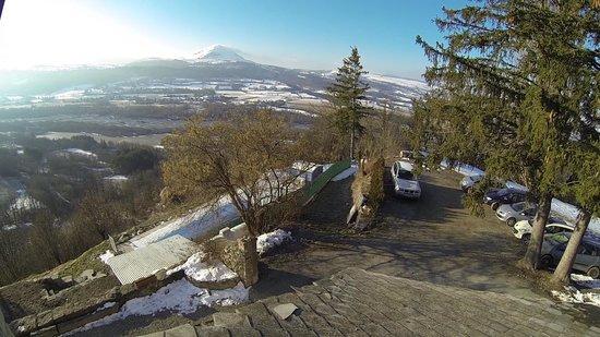 Les Chemins Verts : La vue depuis la chambre et le grand parking.